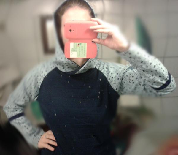 Aus alten Kleidungsstücken ist ein neuer Pulli geworden.