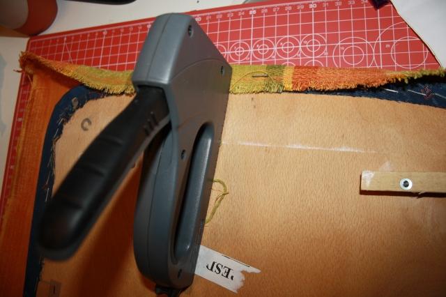 Mit der Heftmaschine wird der Stoff festgetackert.